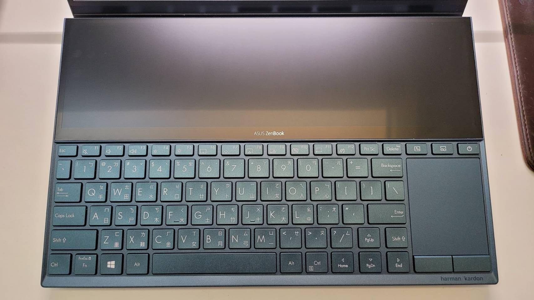 Zenbook Duo 鍵盤位置、觸控板配置